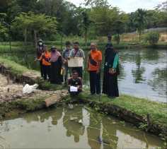 Tim Pengabdi Perikanan UNRI Ukur Kualitas Air Pokdakan Rumbai Bukit